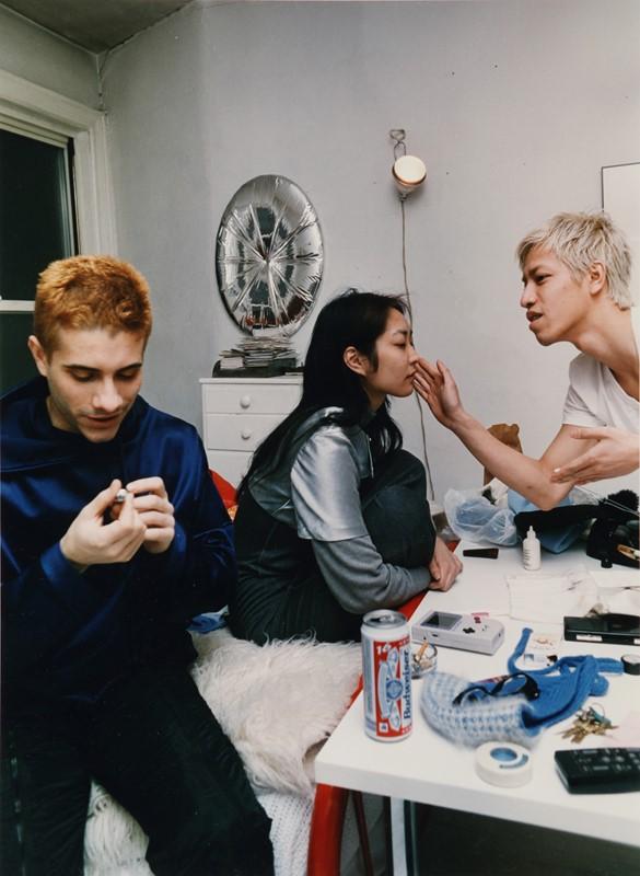 Lotto 118: WOLFGANG TILLMANS – Tom, Gillian & Thoy Doing Makeup, 1994