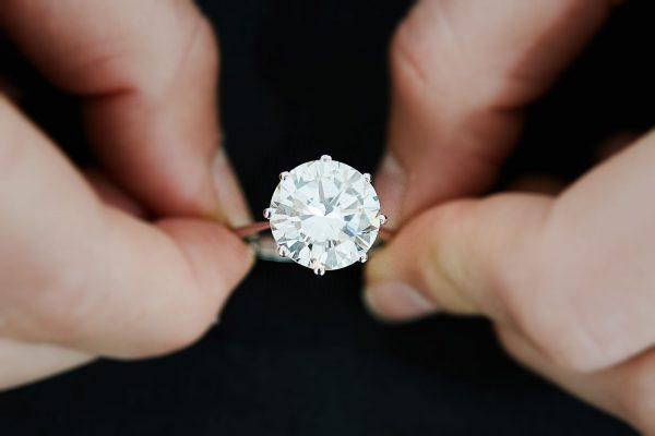 Lotto 435: anello in oro bianco e diamante di ct 7,70 ca aggiudicato a € 41.250 (foto Mattia Borgioli)