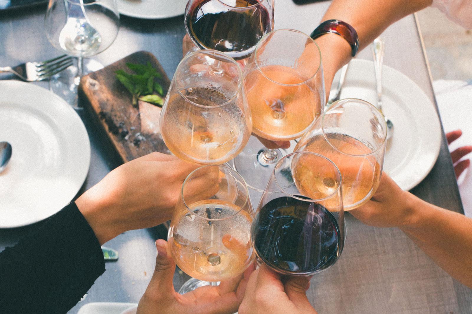 """Foto via <a href=""""https://www.pexels.com/it-it/foto/bevande-bicchieri-brindare-brindisi-1097425/"""" target=""""_blank"""">via Pexels</a>"""