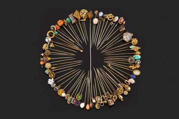 Lotto 315, Settantasei spilloni in oro bicolore bassa caratura e 18K - Base d'asta € 1.500