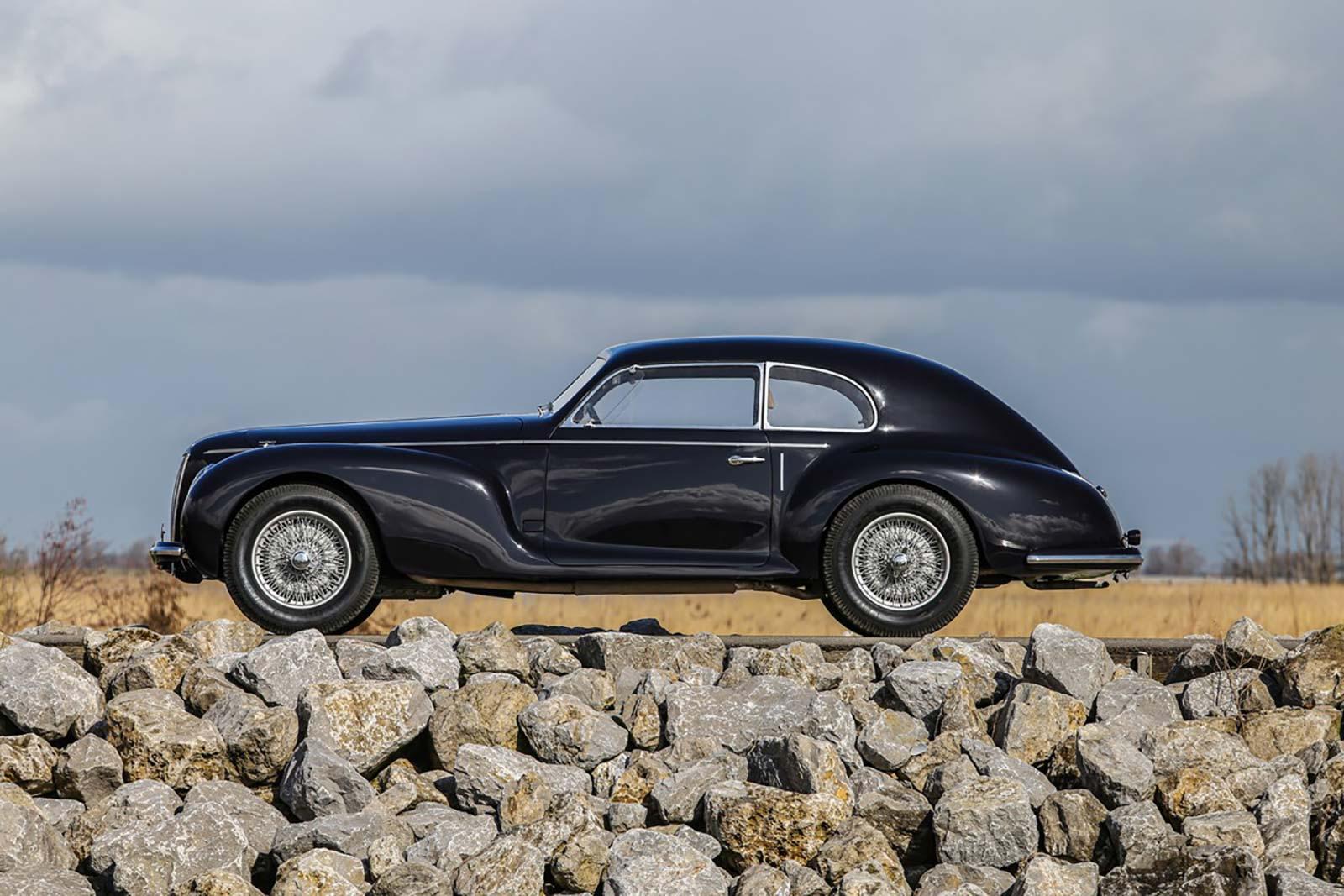 """Il profilo della carrozzeria Berlinetta (4 posti), dalla cosiddetta Carrozzeria """"Turinga"""", con il famoso e innovativo sistema Superleggera"""
