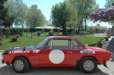 Immagine che contiene albero, esterni, automobile, rosso  Descrizione generata automaticamente