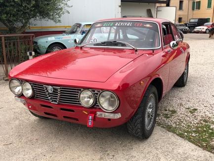 Immagine che contiene automobile, rosso, terra, esterni  Descrizione generata automaticamente
