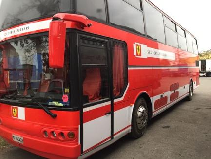 Immagine che contiene testo, autobus, rosso, esterni  Descrizione generata automaticamente